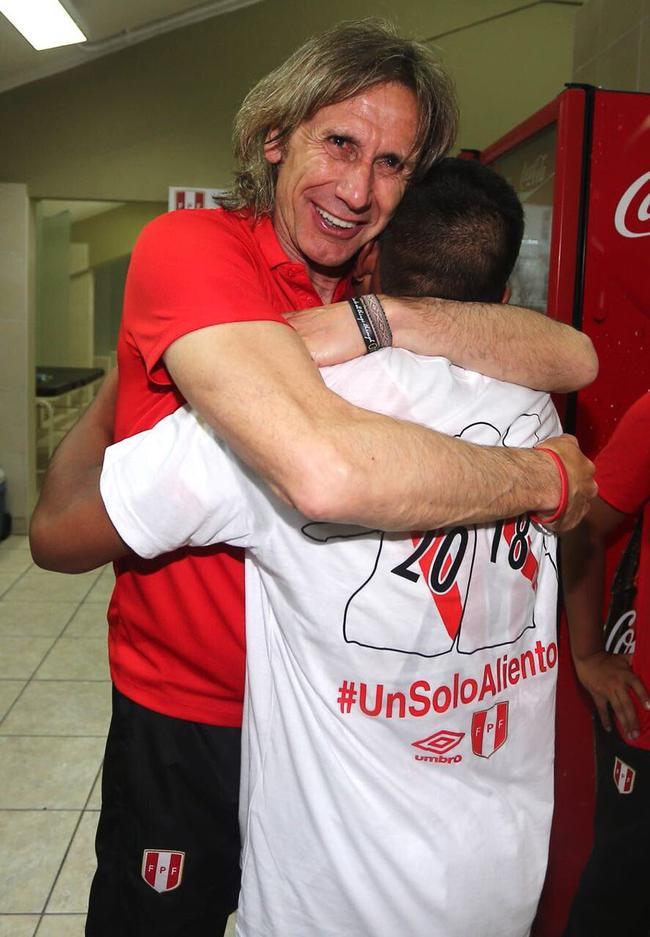 加雷卡和球员拥抱