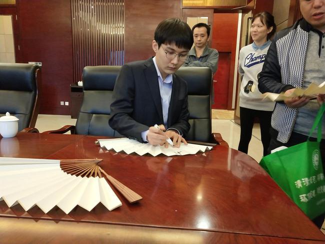 朴廷桓为棋迷签名