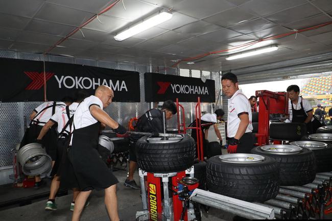澳门格兰披治三级方程式大赛优科豪马轮胎技术服务团队
