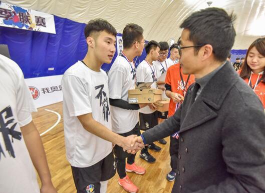 我奥篮球创始人林晓勇先生为获胜球队颁奖