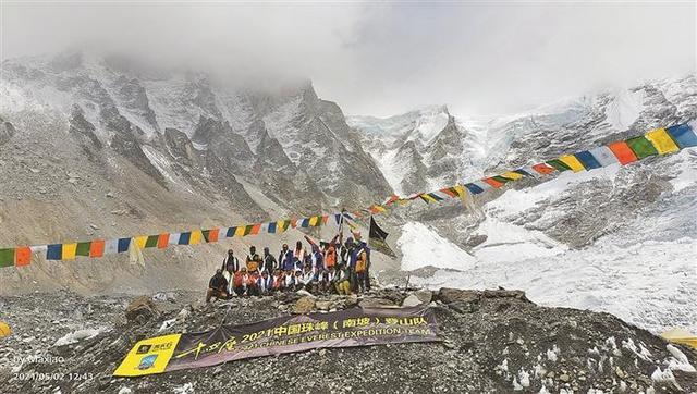 巴林王子等人从南坡登上珠峰 16人团队12人登顶