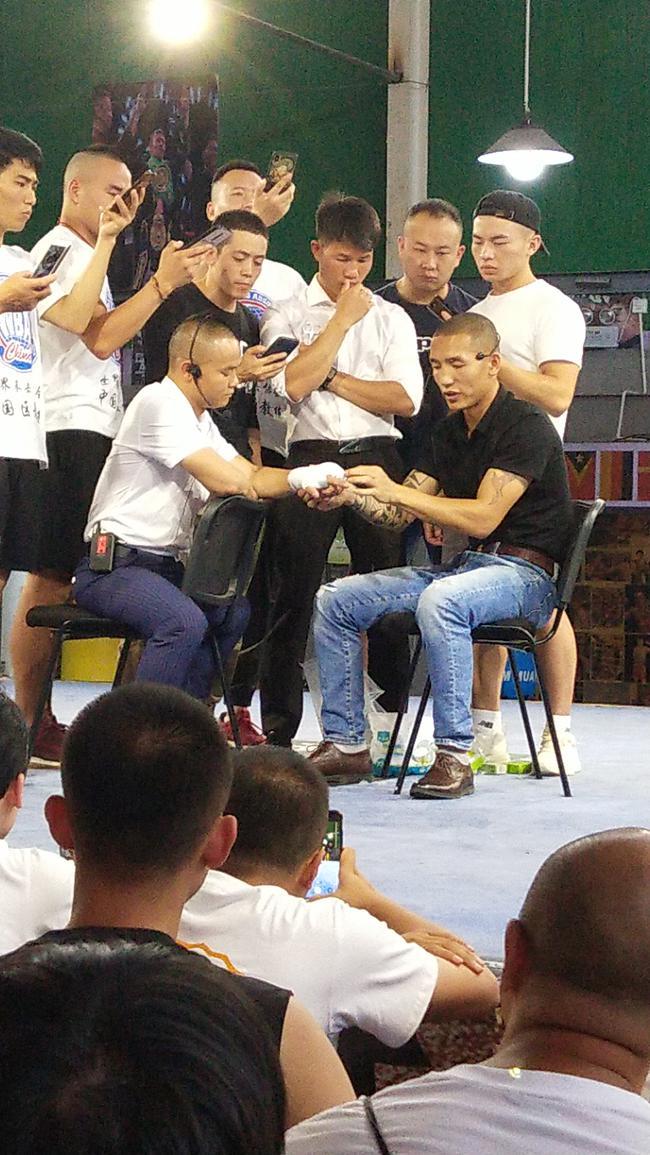 韦宪钱、熊晨忠正在给WBA锻练培训班的教员展现职业缠脚