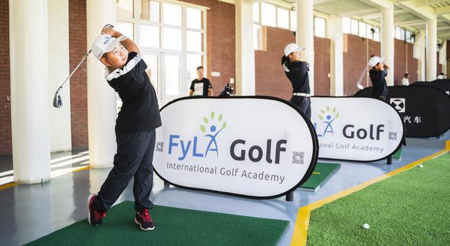 學員在天津森奧高爾夫練習場訓練
