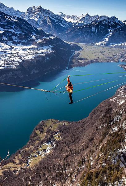 塞缪尔站在距离湖面3000英尺(约914.4米)的高空