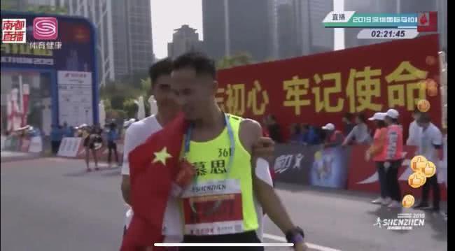 """图说:深圳马拉松再现""""拽选手事件""""。"""