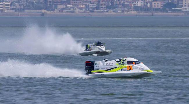 彼特•莫林驾驶8号艇在厦门大奖赛水面上飞驰