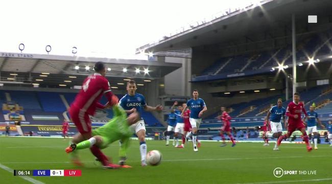 利物浦惨绝!脚踝多次遭爆踹 裆部被踢却染黄|gif
