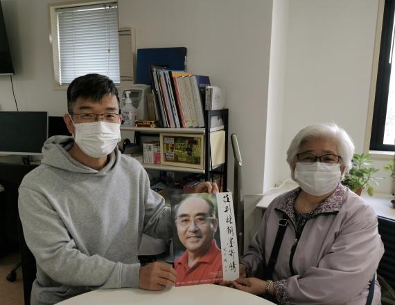 图为新华社记者王子江(左一)在采访佐佐木敦子。