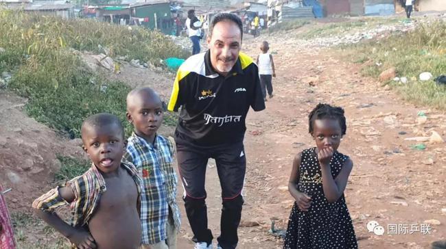 埃及残疾人。乒乓球行动员。哈玛拖异国双臂,但他能够用嘴来限制球拍,精准的打球
