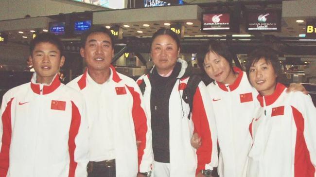 2006hg0088.com亚运会徐莉佳(右hg0088如何开户)与张静教练(左hg0088如何注册)、刘幼马教练(左hg0088如何开户)和张东霜(右足球网址)