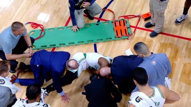 被担架抬出的沃克确诊为颈部扭伤 万幸伤不重
