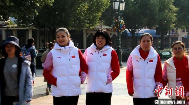 中国女子坐式排球国家队的队员们在上海迪士尼乐园游玩。