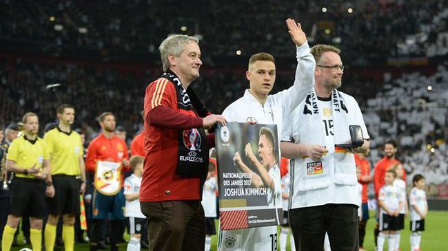 拜仁新星荣获德国队年度最佳!战西班牙前领奖