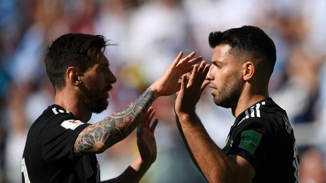 阿圭罗同梅西庆祝进球
