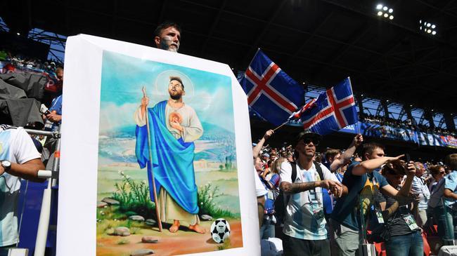 """阿根廷球迷打出""""上帝梅西""""海报"""