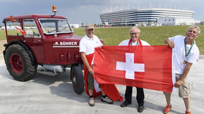拼!瑞士球迷开拖拉机看世界杯 14天开1800公里