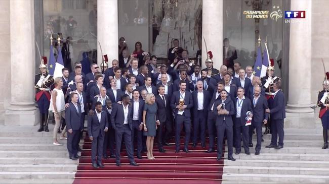 燃爆!法国全队同总统高唱国歌 博格巴变麦霸
