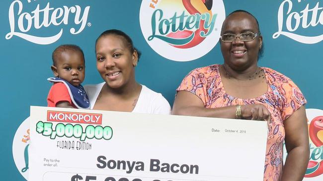 单亲妈妈刮中3450万 一家三代领奖露笑颜