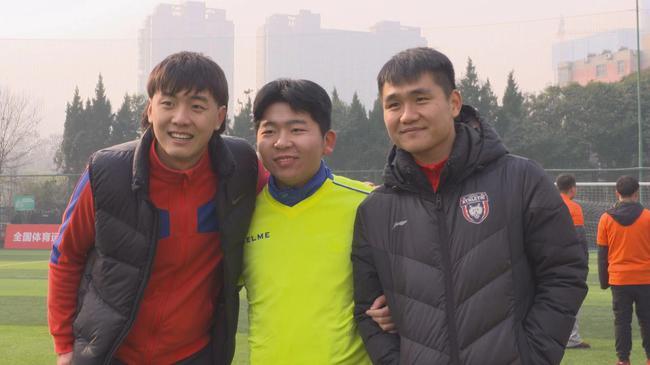 陕西长安竞技足球俱笑部队员王尔卓、文烁与孩子互动