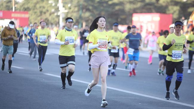 北京半程马拉松今晨起跑。 新京报记者 王嘉宁 摄