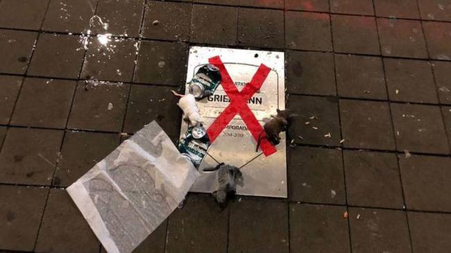 格子纪念牌被污损