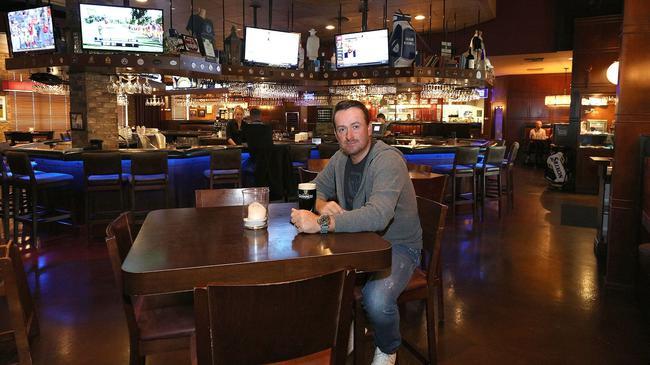 麦克道尔在自己的餐厅里
