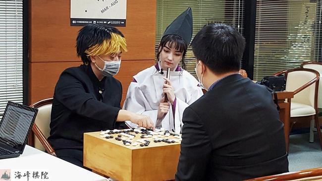 黑嘉嘉与邰智源(COS阿光)及周俊勋下围棋