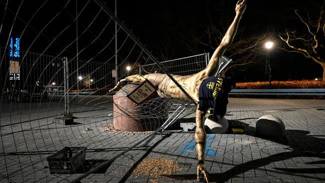 AC米兰称伊布再休10天 受损伊布塑像将留马尔默
