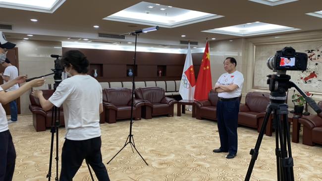 中国奥运首金获得者许海峰配合视频拍摄