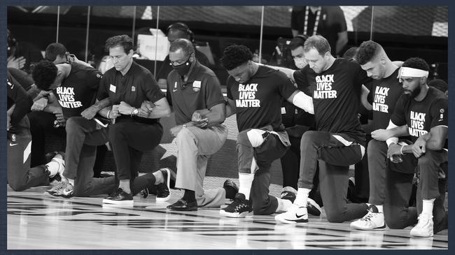 NBA复赛揭幕战球员赛前单膝下跪抗议种族歧视