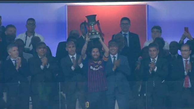 梅西举起西超杯的奖杯