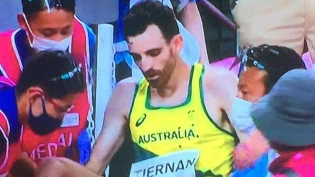 奥运湿热难当!男子万米决赛1人两次倒地坐轮椅离开