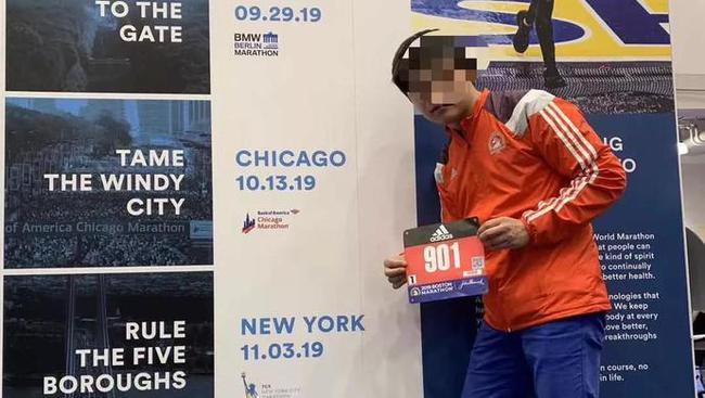 """""""901號跑者""""在波士頓馬拉松上和攜號碼簿留影"""