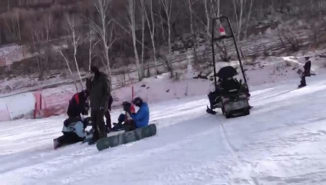 近日发生在雪场的一场撞人事故,实在让人触目惊心!