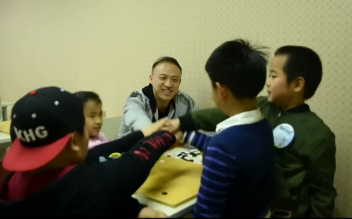 张祺初段(中)与学院小朋友在一起