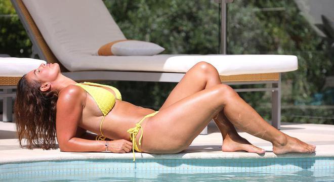 瓦尔迪娇妻泳池边拍摄写真