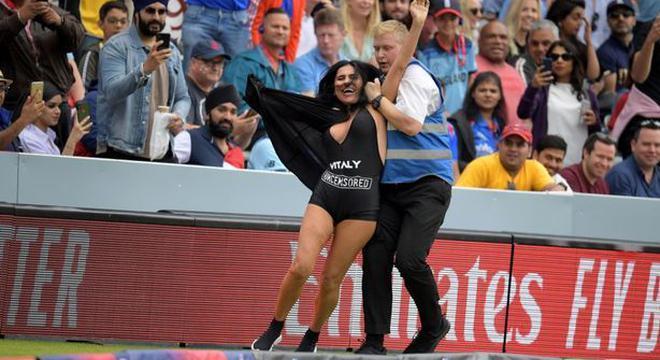 欧冠决赛裸女一幕再现!这次是她妈