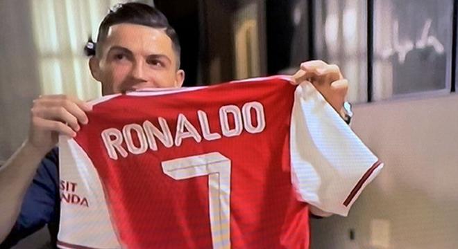 C罗亲手举起阿森纳7号球衣!