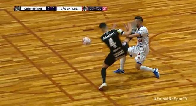 巴西足球骇人一幕!杀人飞腿爆头致对方昏厥