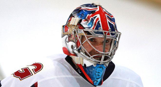 切赫冰球生涯首秀 订制头盔一半切尔西一半阿森纳