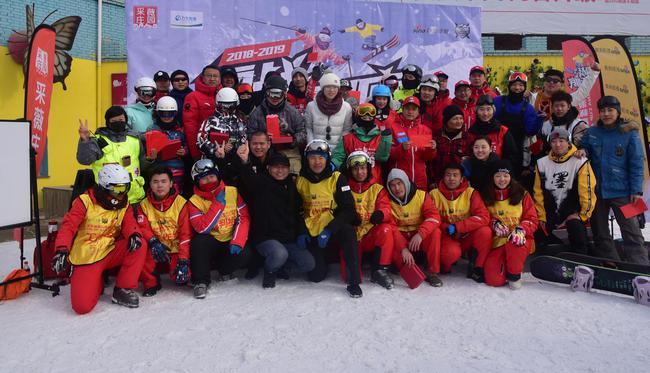新浪杯高山滑雪公开赛采薇庄园站选手合影