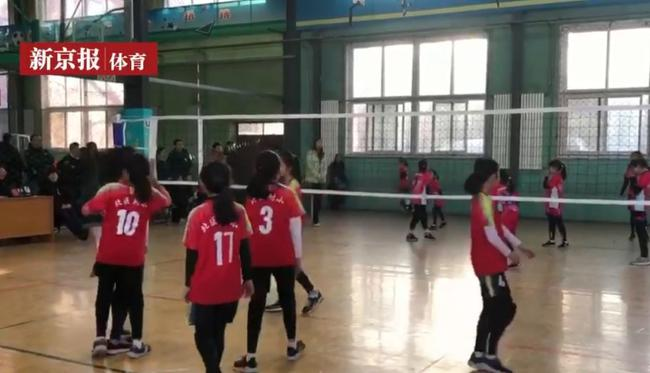 北京市中小学排球冠军赛奥运冠军宋妮娜亲临执裁
