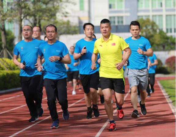 陈盆滨带领跑步爱好者们长跑