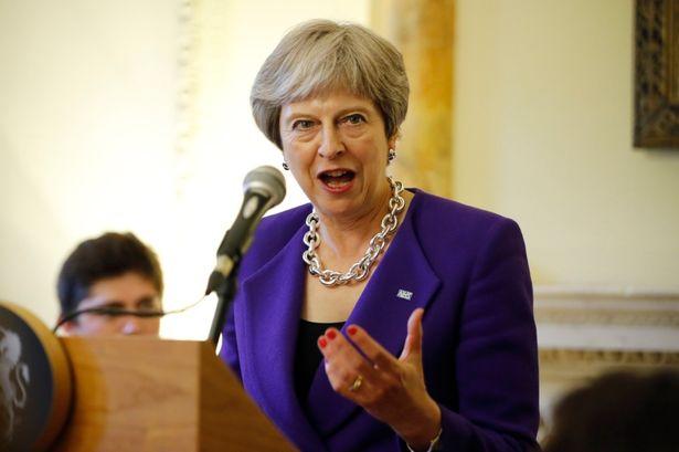英国辅弼特蕾莎-梅表明愿意在府第设宴为英格兰队接风