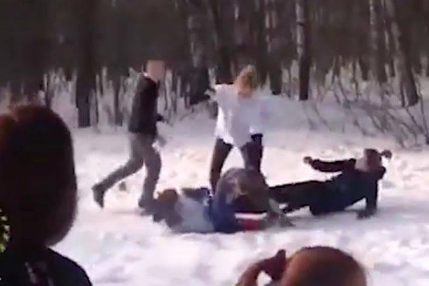 英俄球迷大战!俄女球迷雪地练格斗备战世界杯
