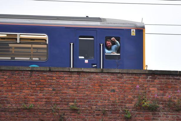 火车司机停车为球队助威