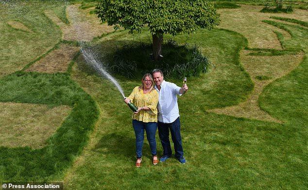 夫妻中2500万花式炫富 在自家草坪干出这事