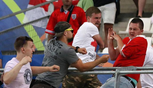 """英国 足球流氓要""""让俄罗斯人血债血偿"""""""