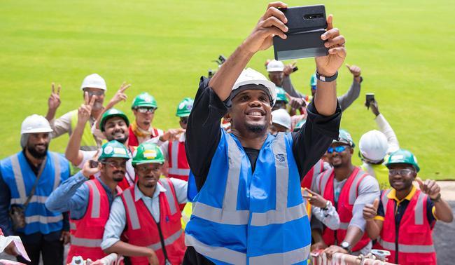 埃託奧和世界盃建設工人合影