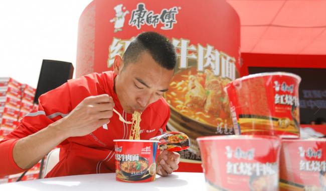 国内冠军李子成在赛后吃面补给